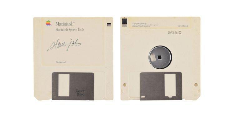Đĩa mềm cài đặt Macintosh với chữ kí của Steve Jobs được bán đấu giá với giá khởi điểm từ 7500$